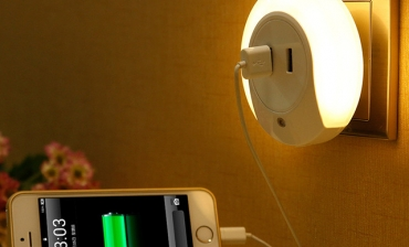 Đèn LED cảm ứng kiêm sạc- Quà tặng thông minh